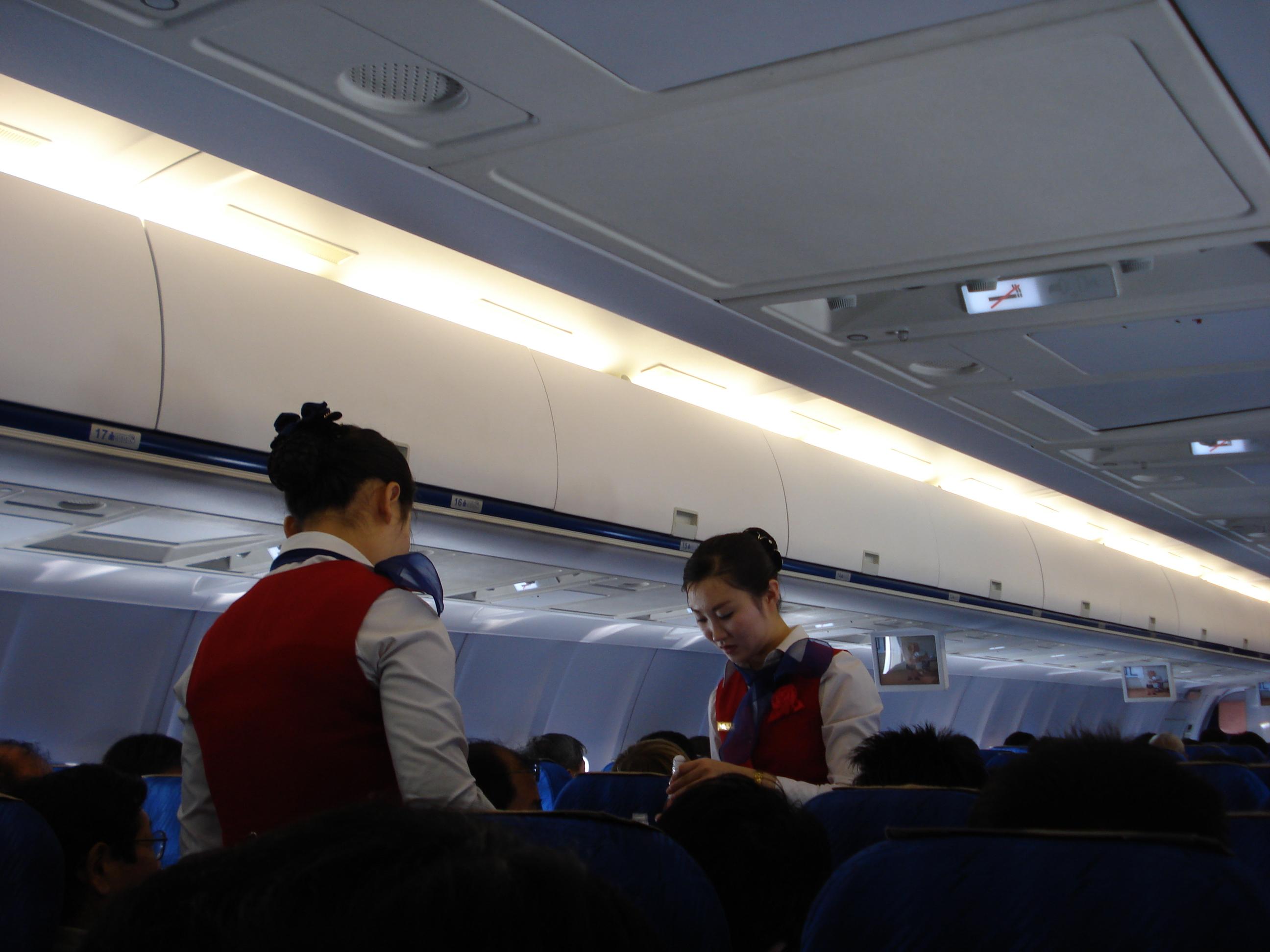 Mësoni të fshehtën – Pse stjuardesat mbajnë duart pas kurrizit kur presin pasagjerët