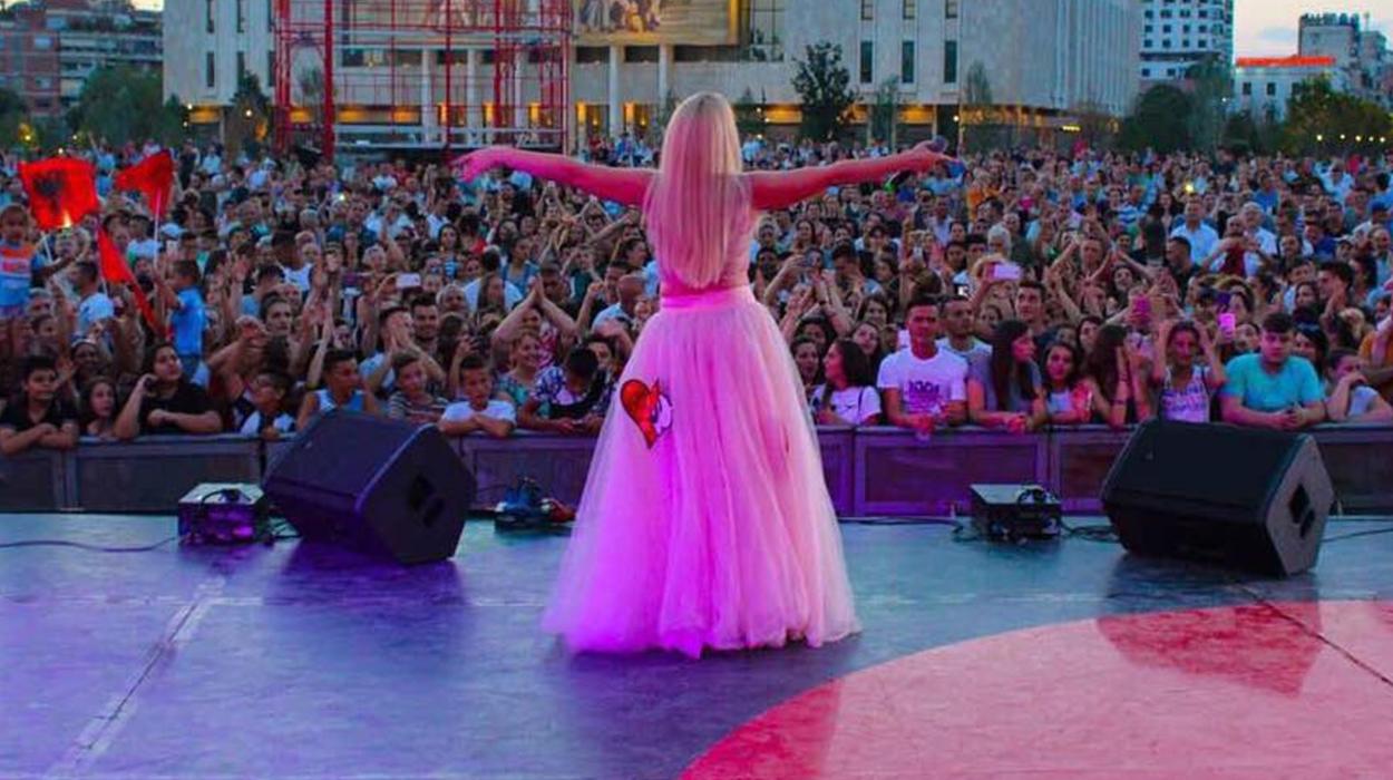 Silva, Kënga e Lalit e hitet e tjera mbledhin mijëra njerëz në sheshin Skënderbej