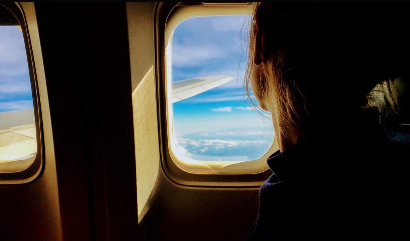 Si të flini në avion