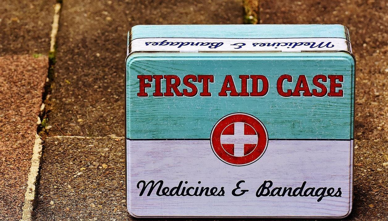 Çfarë duhet të ketë kutia e ndihmës së shpejtë në një udhëtim?