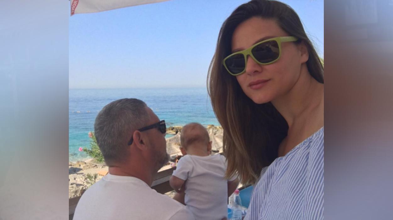Gruaja e Alban Dudushit poston foto mëmësie – Duke i dhënë gji djalit