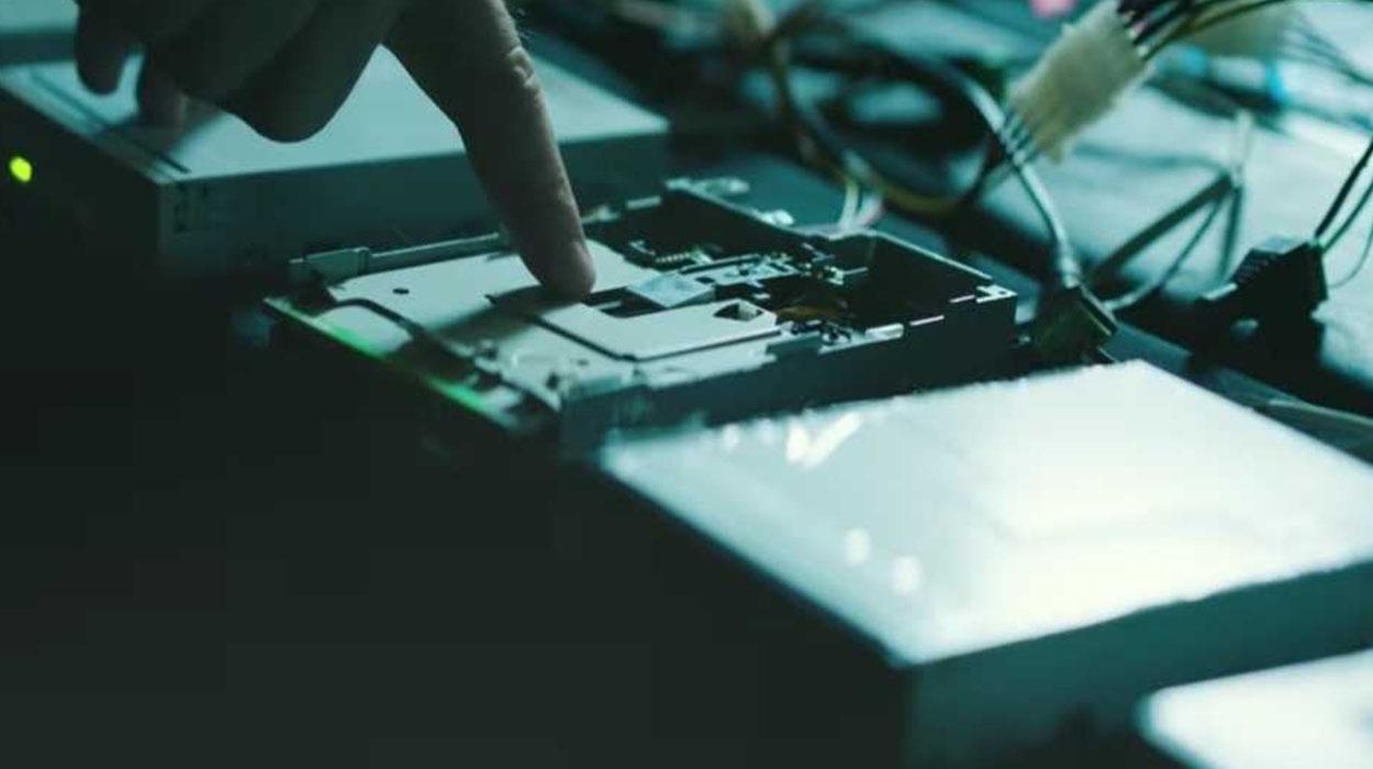 Muzika me anë të floppy-diskut?! Ja se si do realizohet kolona zanore e një filmi aksion