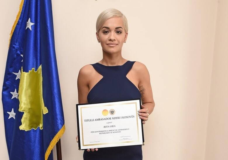 Rita Ora në Kosovë për 10-vjetorin e pavarësisë. Ja prononcimi i Pacollit