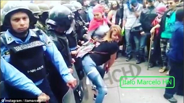 Kërcim seksi para kordonit policor. Ja se ku ndodh