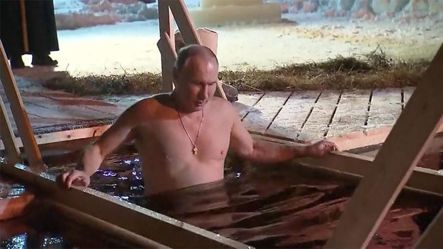 Vladimir Putin shpërfill të ftohtin, zhytet në ujin e akullt