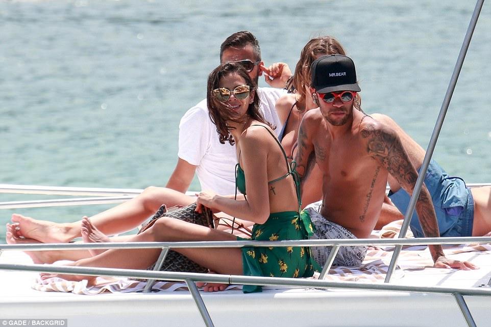 Fundjavë e nxehtë e Neymar me modelen seksi në Brazil
