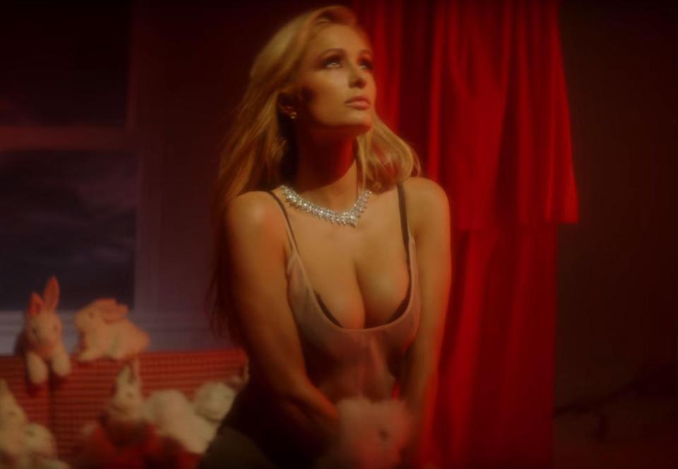 """Seksi dhe sensuale, Paris Hilton ekspozohet për """"Love Magazine"""""""