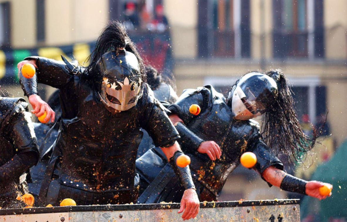 """42 mijë burra e gra u rrahën me portokalle. Njihuni me qytetin italian ku ndodhi """"beteja"""""""