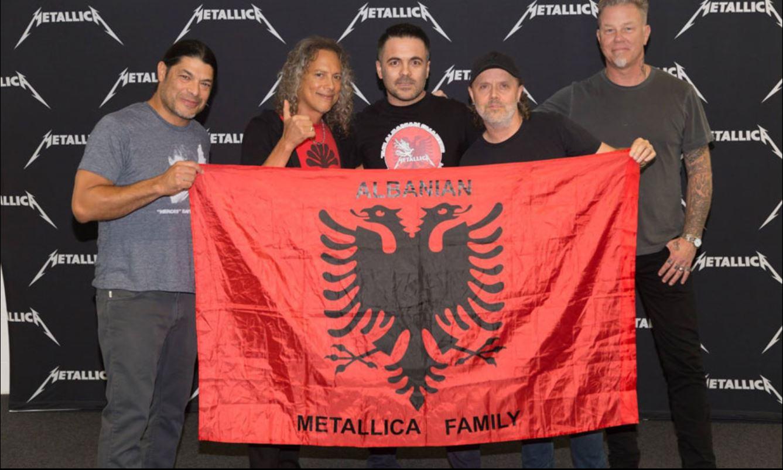 """Metallica të pandarë nga flamuri kuq e zi. E vendosin në """"bash"""" të vendit"""