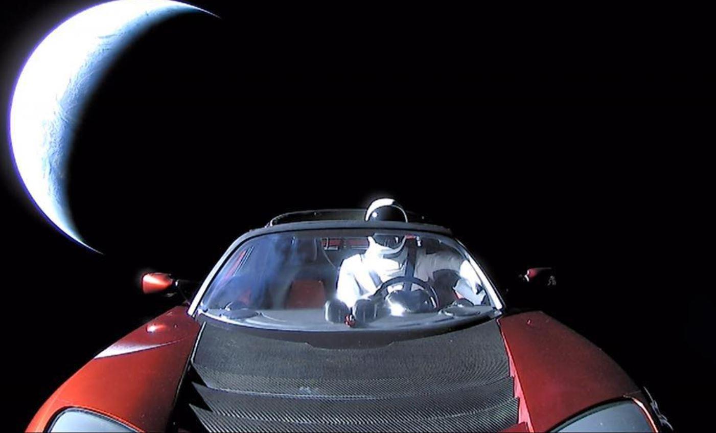 Industrialisti miliarder, fluturon veturën 250 mijë dollarëshe në hapësirë