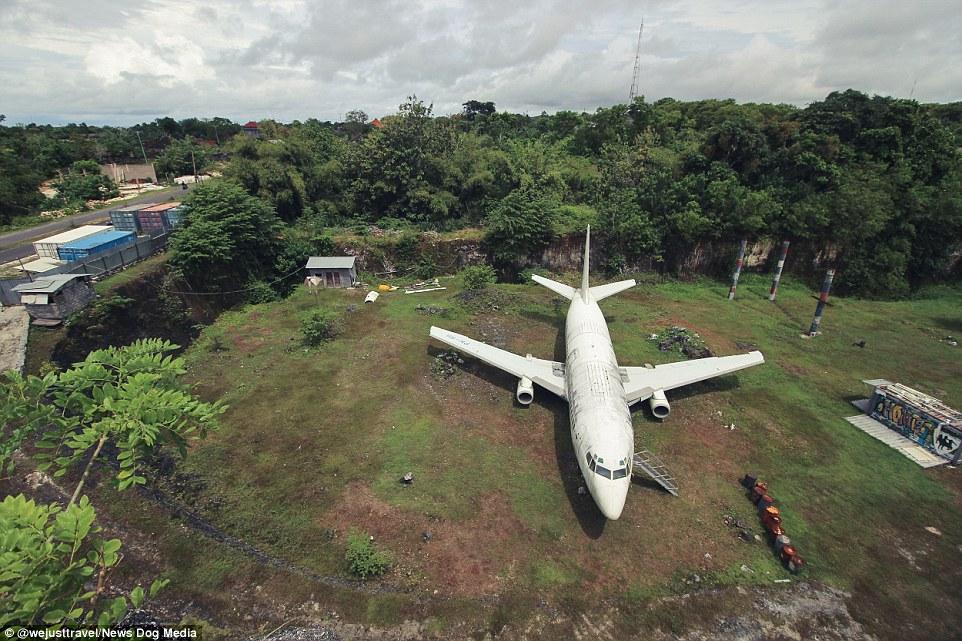 Habiten turistët në Bali, gjendet një avion misterioz