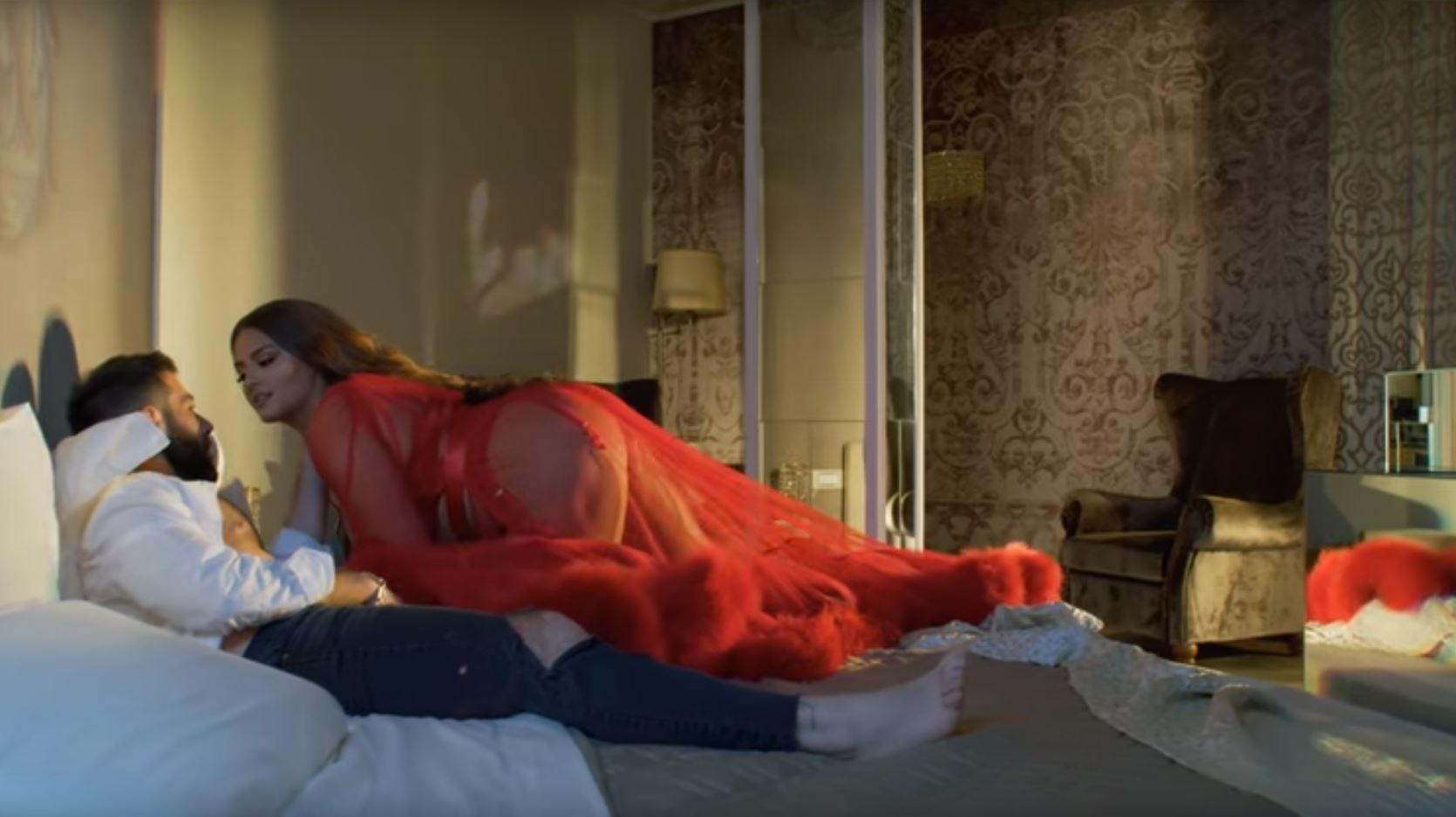 Dalin prapaskenat, sikleti i modelit në videon erotike me Encën