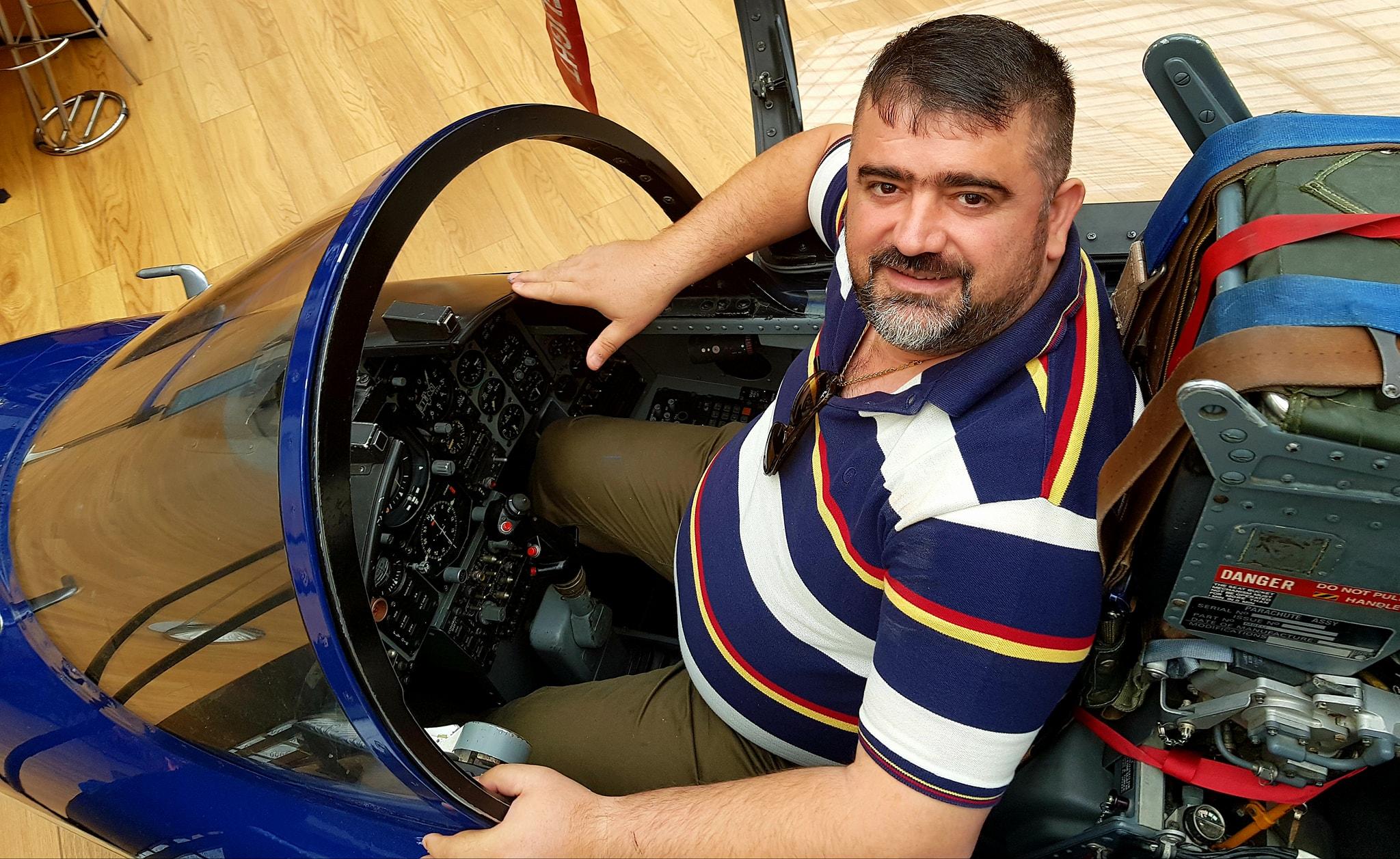 Kaubojsi lë politikën për t'u bërë pilot