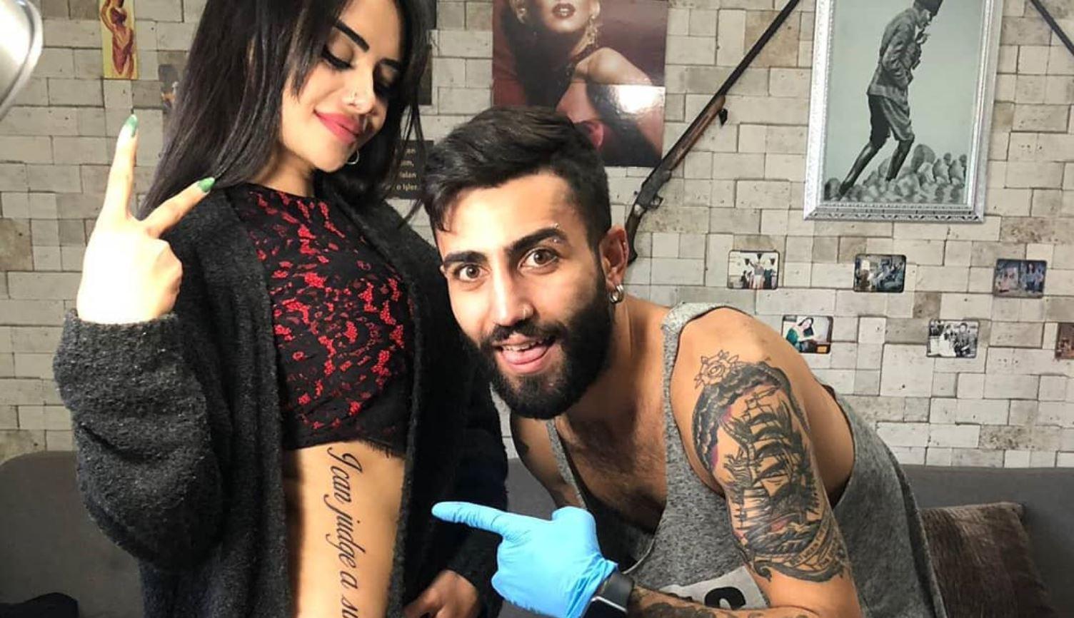 """""""Vetëm unë mund ta gjykoj Zotin""""! Gafa e bukuroshes turke me tatuazhin, bëhet virale"""