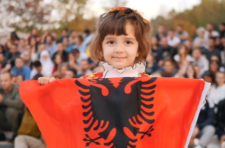 Si i lutem shqiptarët Zotit! Kjo video virale do iu bëjë krenar