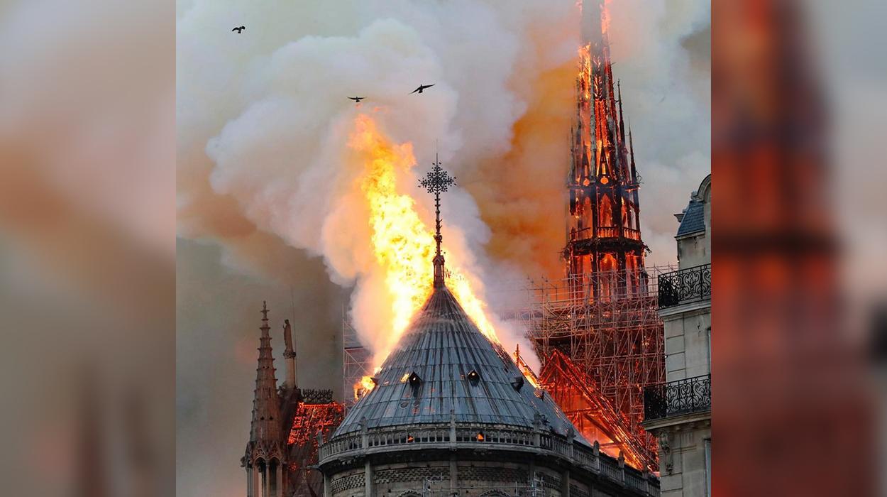"""Pamje të rënda nga djegia e Katedralës së """"Notre Dame"""", si u shkrumbua nga flakët në pak minuta"""