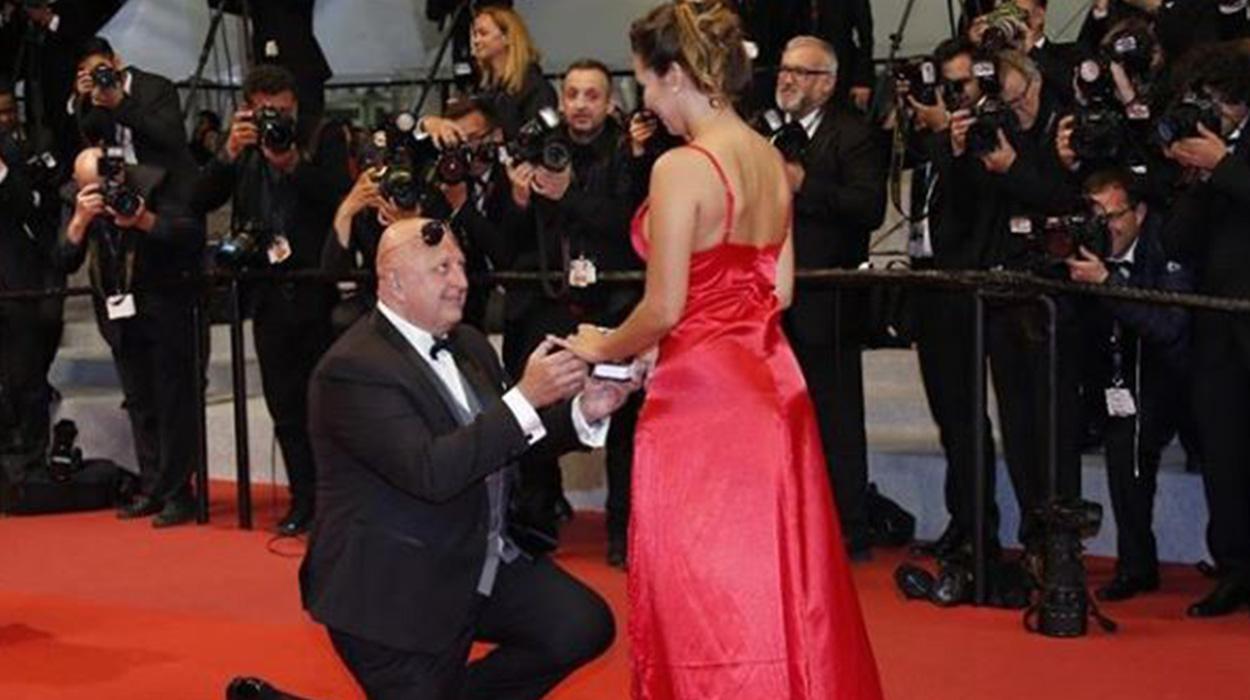 Miliarderi i propozon të dashurës 40 vjet më të re në tapetin e kuq Kanës