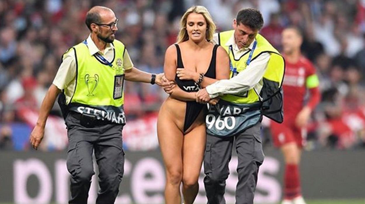 Vrapoi me bikini në fushën e lojës, UEFA gjobit modelen ruse