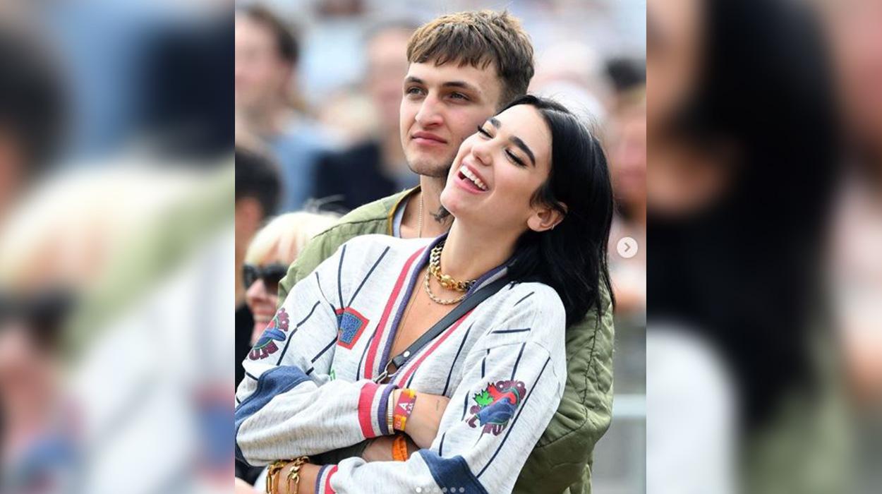 Momente romantike në makinë, Dua Lipa konfirmon lidhjen me të dashurin 4 vjet më të ri