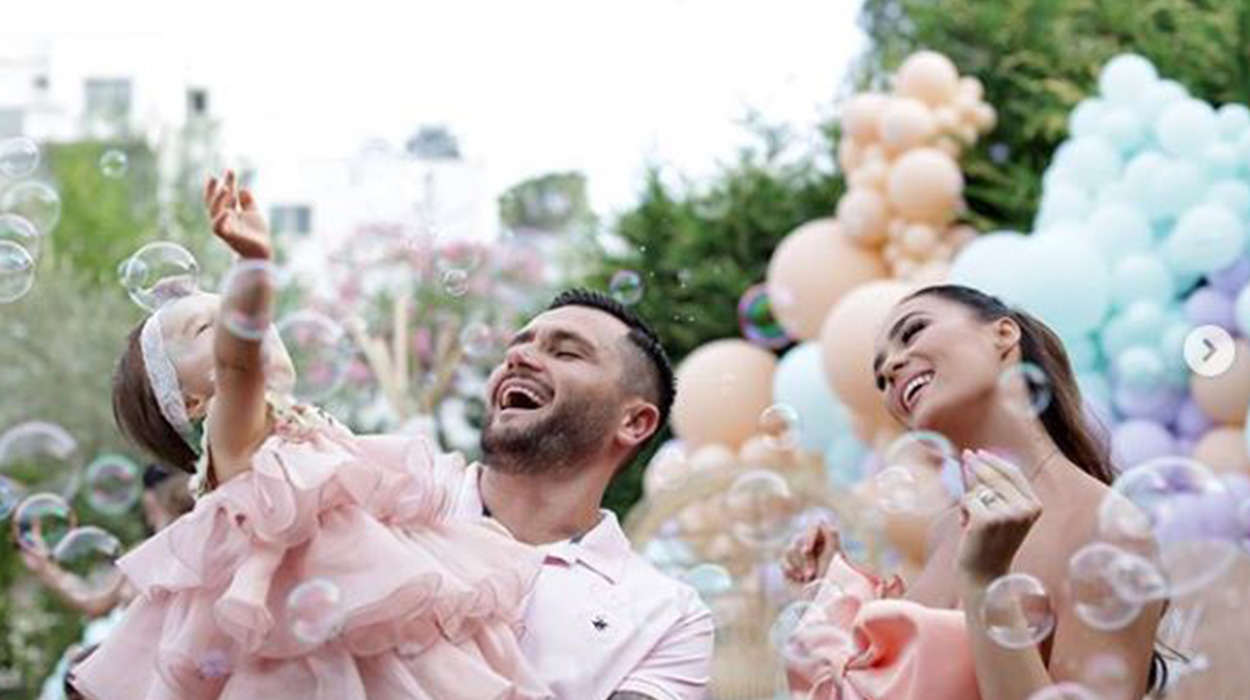 Vallëzimi special i Besit dhe Xhensilës, çifti shfaqet më i dashuruar se kurrë