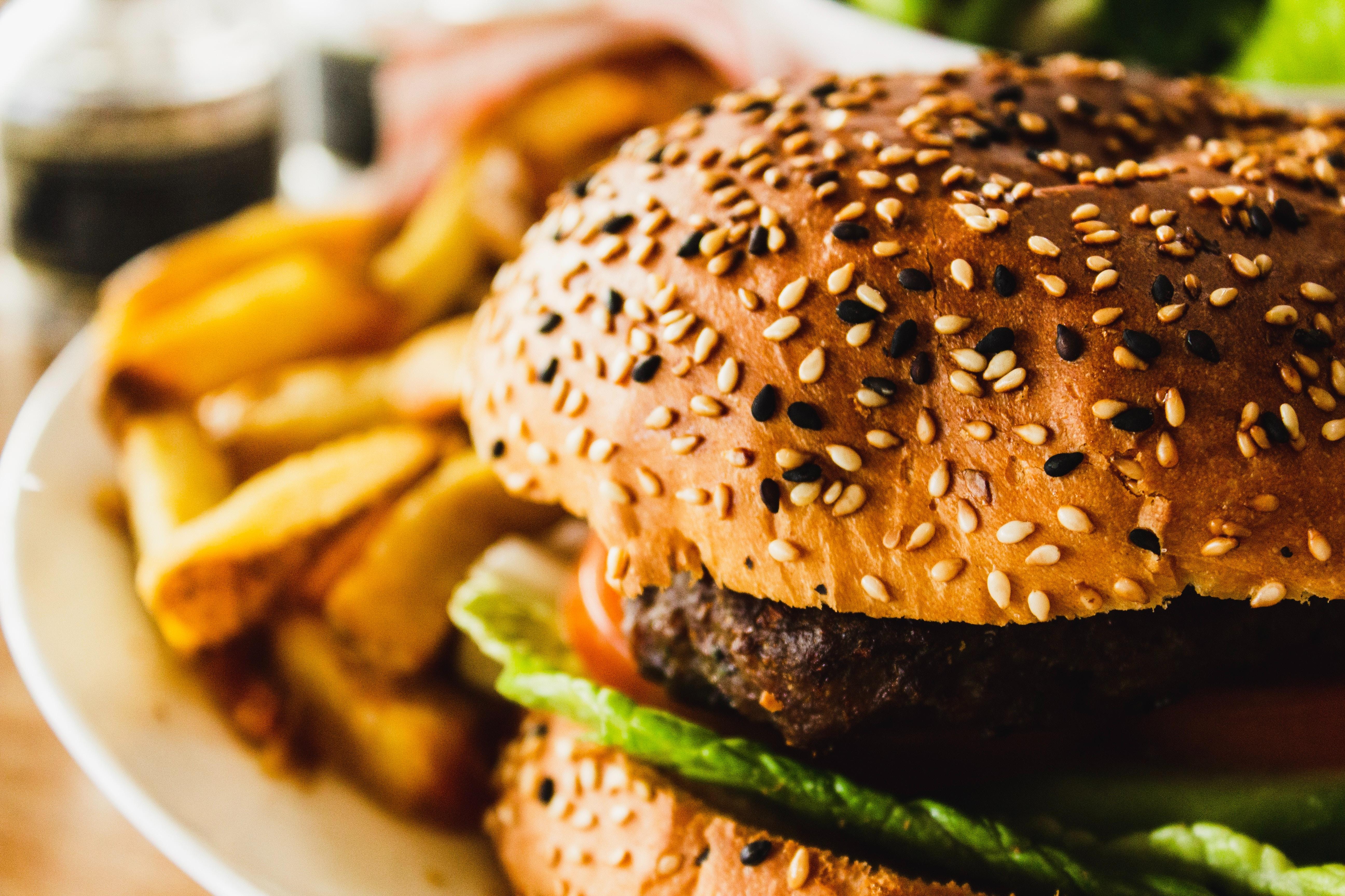 Gabimet gjatë ushqyerjes që na shëndoshin, si të dobesohemi, duke ngrënë?