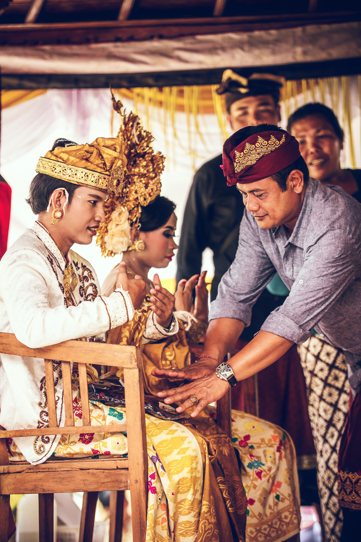 Traditat më të çmendura të dasmave në botë, nga rrëmbimi i nuses deri tek mos përdorimi i banjës