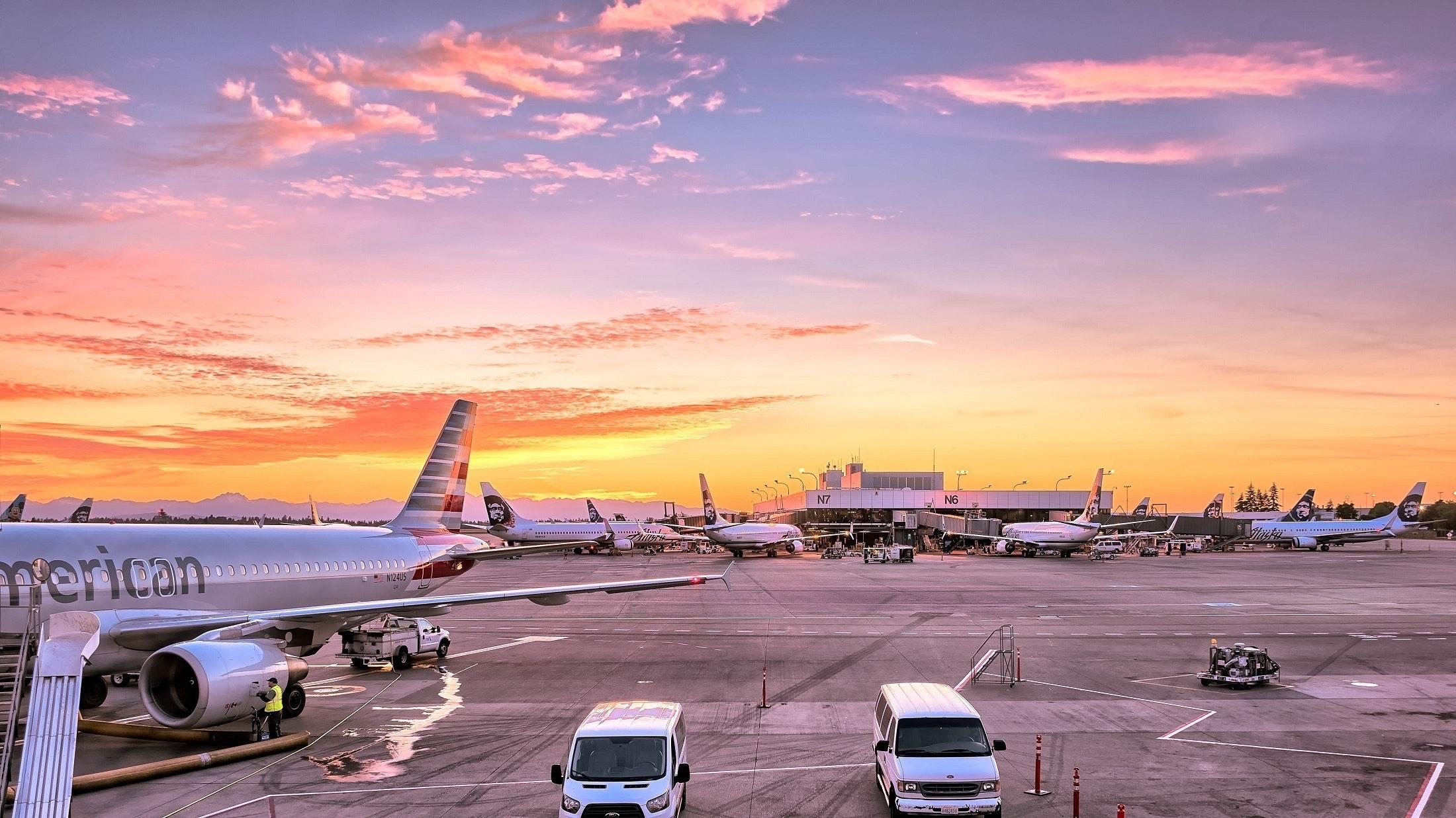 Gjendet bombë në afërsi të aeroportit, pasagjerët bllokohen në bordin e avionëve