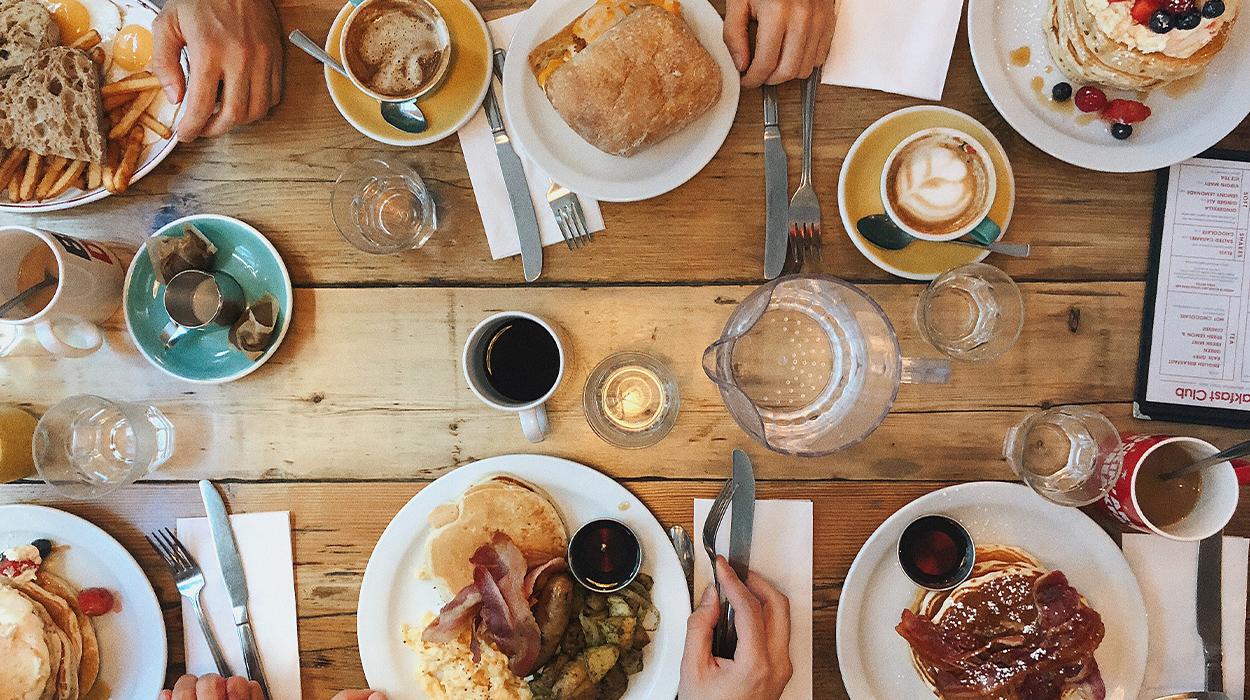 Ujë, kafe apo çaj, ja çfarë duhet të pini në mëngjes për një ditë produktive