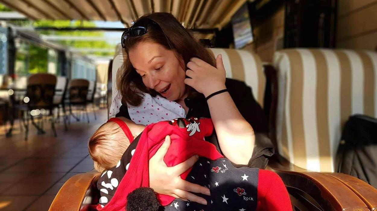 Rona luan me të bijën, vogëlushja vetëm 3 muajshe nuk poshon së qeshuri
