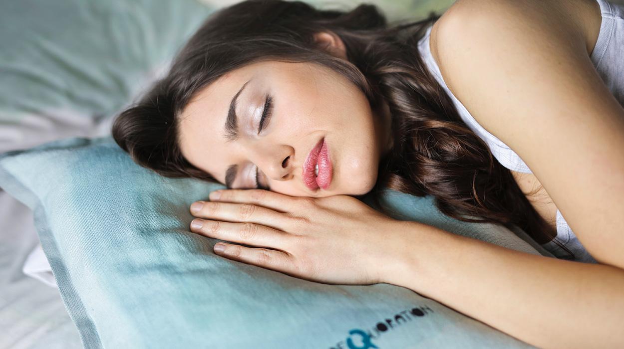 Zbulohet sekreti i një gjumi të mirë, ja çfarë duhet të pini para se të shtriheni