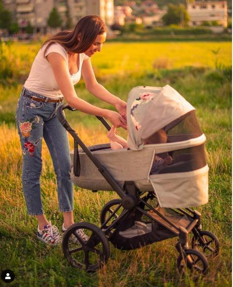 U bë nënë 7 muaj më parë, moderatorja prezanton për herë të parë me të bijën