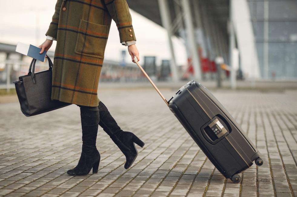 Udhëtonte me burrin e paketuar në valixhe, gruaja ndalohet në aeroport