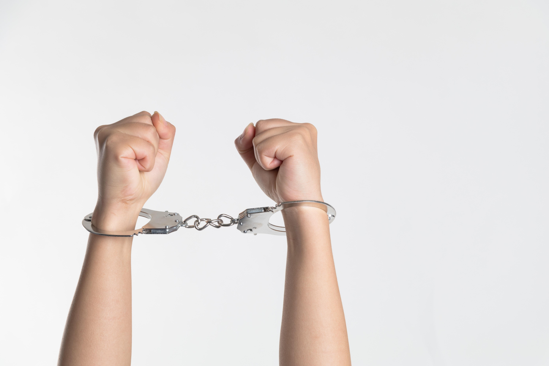 Ju kërkonte foto intime të miturve, arrestohet personazhi i njohur i serialeve
