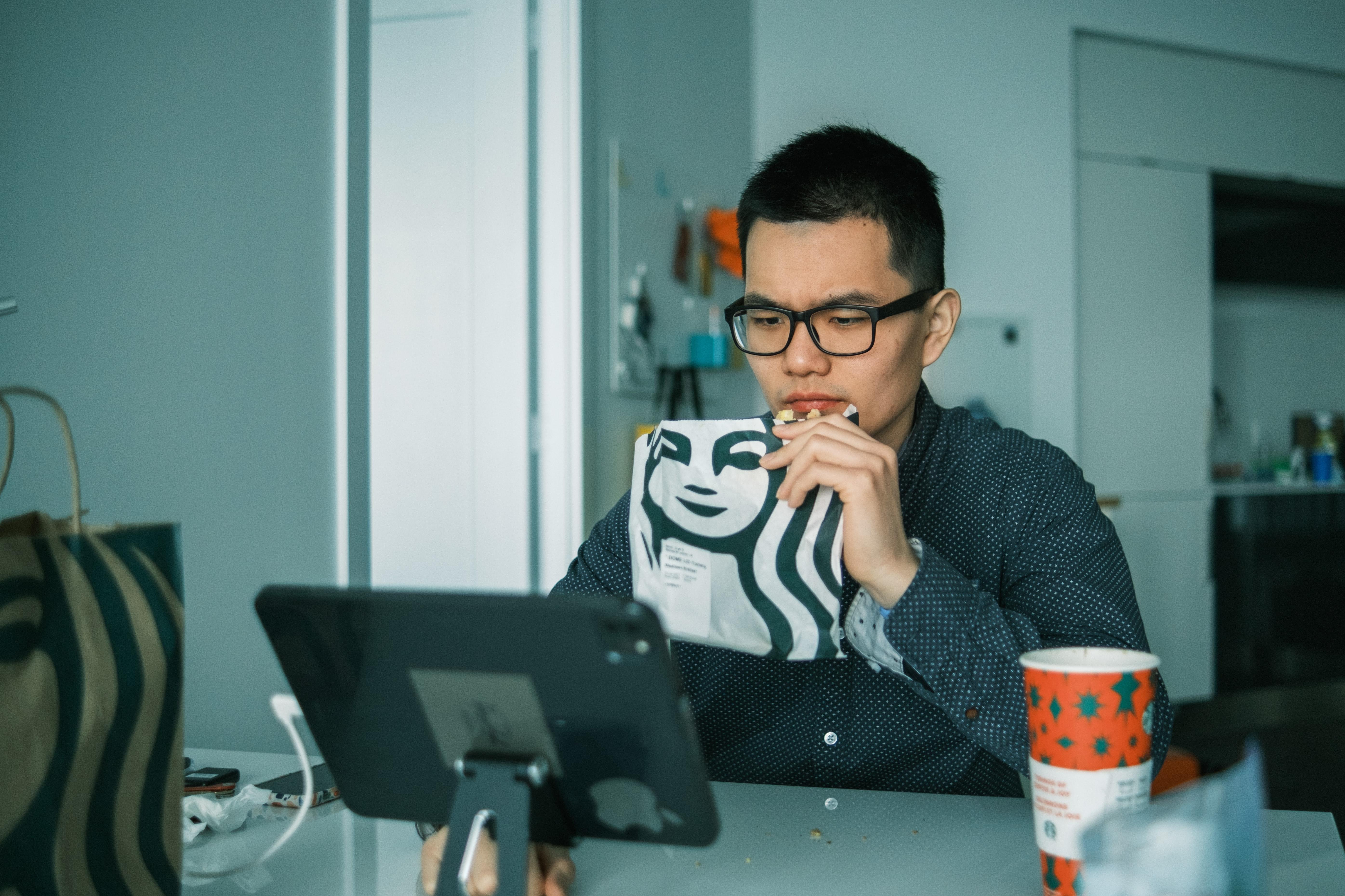 Rreziku i të ngrënit para kompjuterit, ja çfarë ndodh…