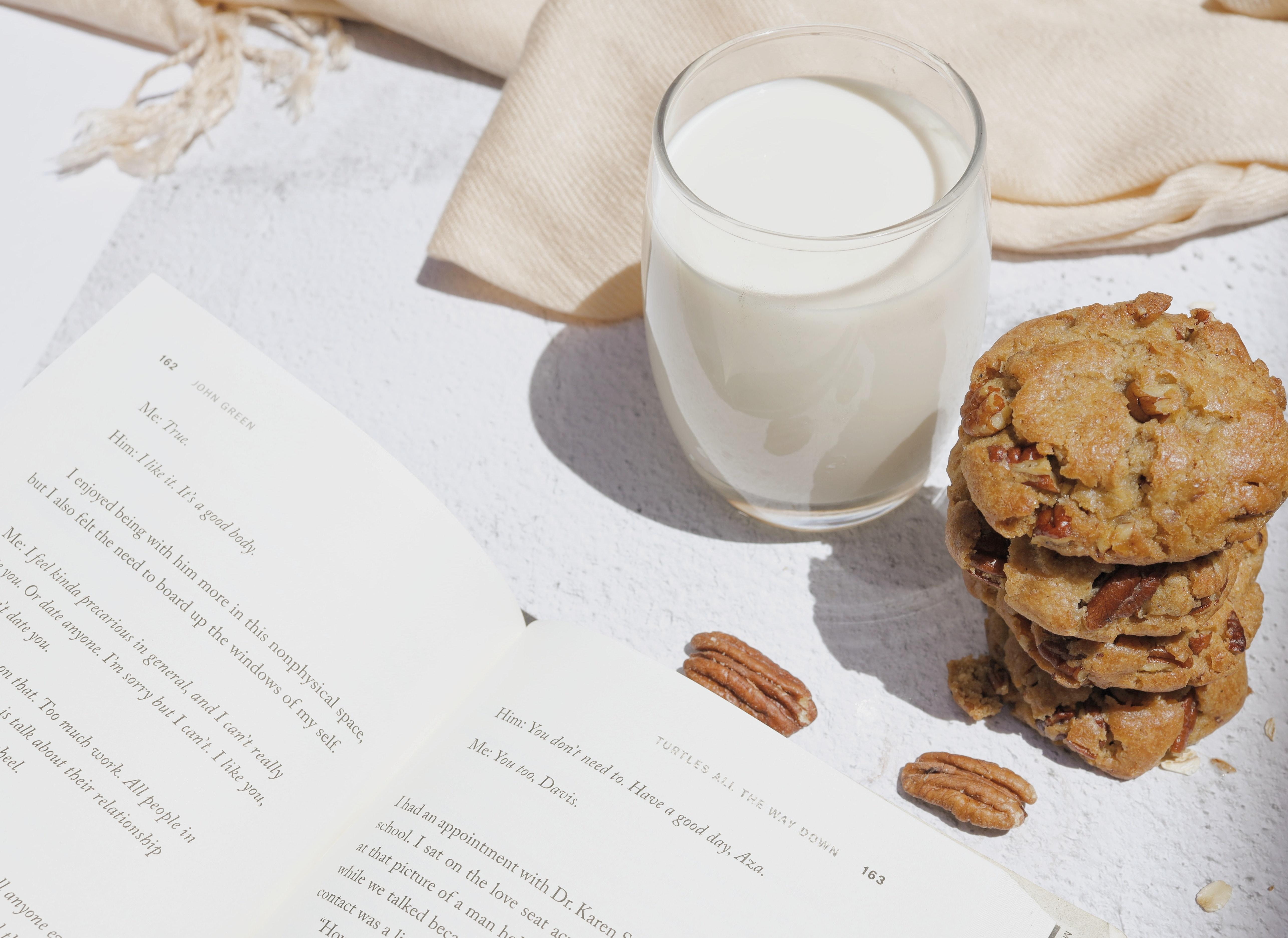 Në mëngjes apo mbrëmje, ja kurë duhet të pini qumësht sipas studiuesve
